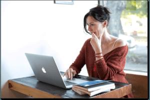 Femme essayant de comprendre son forfait Internet