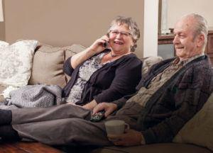 Couple utilisant leur forfait télévision pour écouter une série