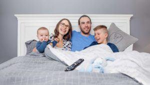 Famille qui écoute un film grâce à son forfait télévision