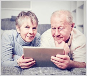 Couple vérifiant sa consommation internet