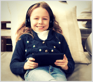 Enfant qui écoute un vidéo et augmente sa consommation internet