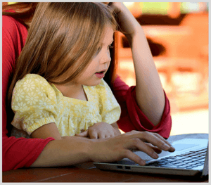 Parent veillant à la sécurité de son enfant sur Internet