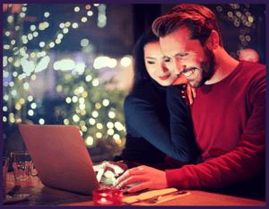 Couple effectuant une recherche sur Internet