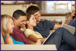 Amis utilisant télévision, internet et téléphone