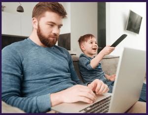 Famille utilisant la télévision et internet