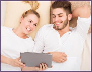 Couple utilisant leur forfait internet par Wi-fi