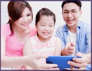Famille qui utilise le Wi-Fi grâce à son forfait internet