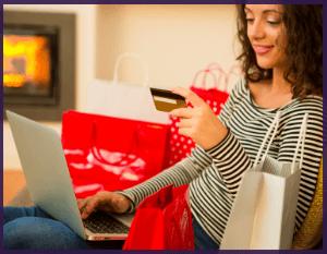 Femme qui fait un achat en ligne après les conseils de son fournisseur internet