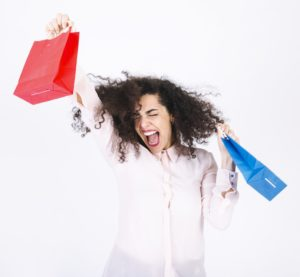 Femme qui utilise son service internet pour magasiner en ligne
